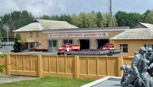 A firehouse close to the Chernobyl Nuclear Plant with a memorial for those killed in the disaster. Photo via Wikimedia Commons.